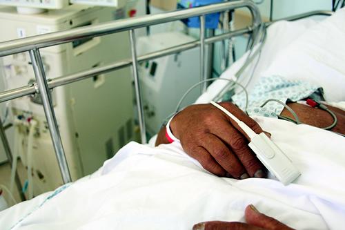 Jovem dado como morto sai da cova e, após um mês em coma, denuncia bandidos