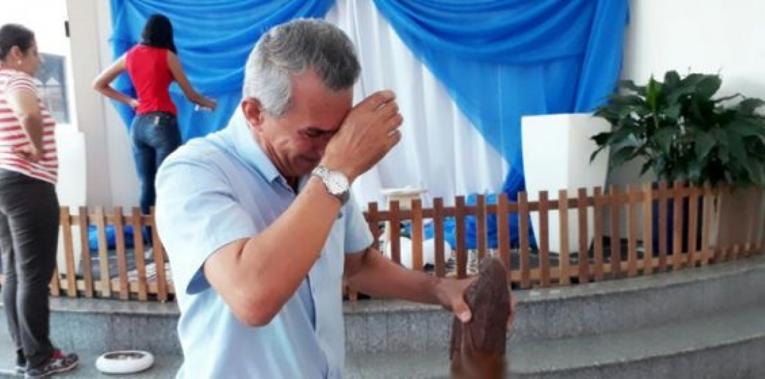 INTOLERÂNCIA Vândalos invadem igreja e defecam em imagem de santa