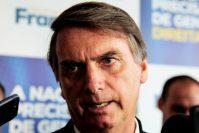 Maceió: seguidor de Bolsonaro agride produtora por broche #EleNão
