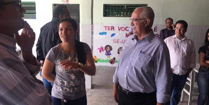 Prefeito visita escola após reforma e faz balanço da Fliara em Arapiraca