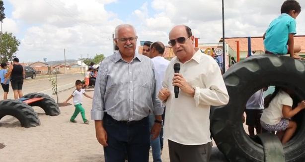 Prefeito Rogério Teófilo entregar praça a comunidade do conjunto Brisa do Lago em Arapiraca
