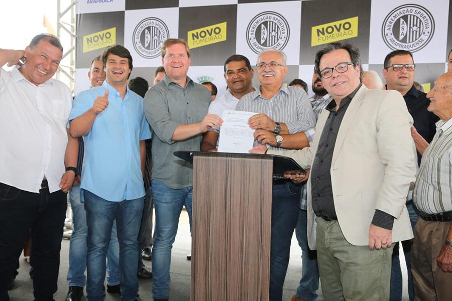 Tutmés Airan acompanha solenidade de reestruturação de estádio do ASA em Arapiraca
