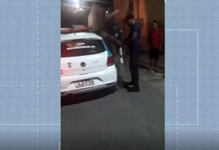 Justiça revoga prisão de guardas municipais filmados agredindo jovem em Branquinha, AL
