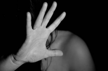 Mulher é estuprada pelo marido e trancada em casa com pedreiro, em Arapiraca