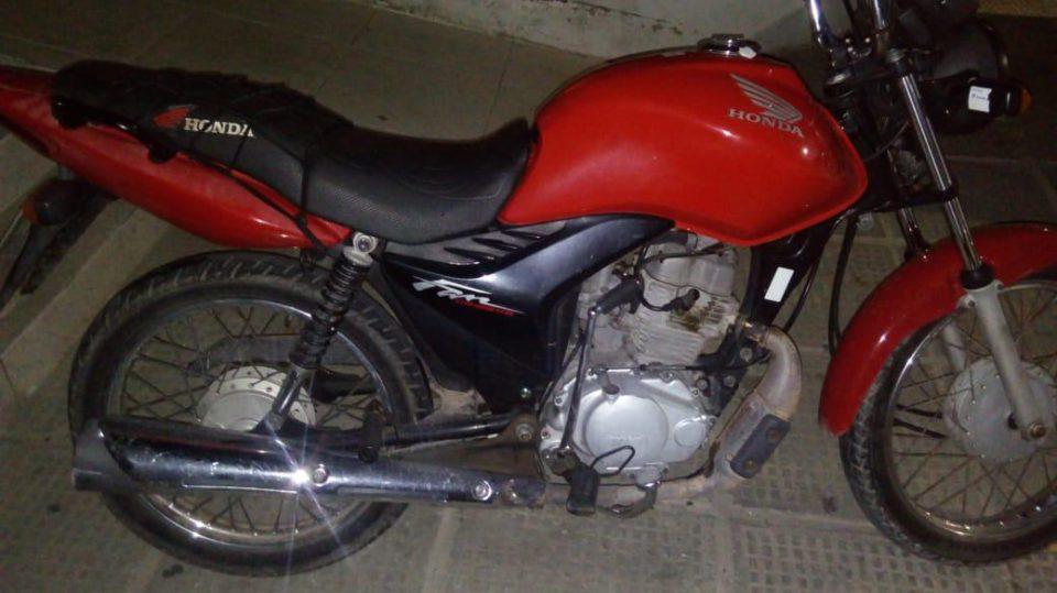 Polícia Civil prende em flagrante e recupera moto roubada na Capital