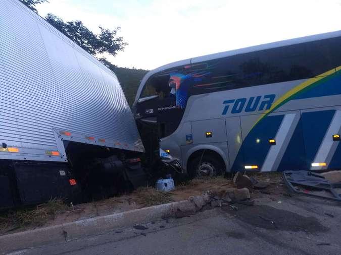 Acidente entre carreta e ônibus com time sub-15 do Bahia deixa dois mortos e 12 feridos
