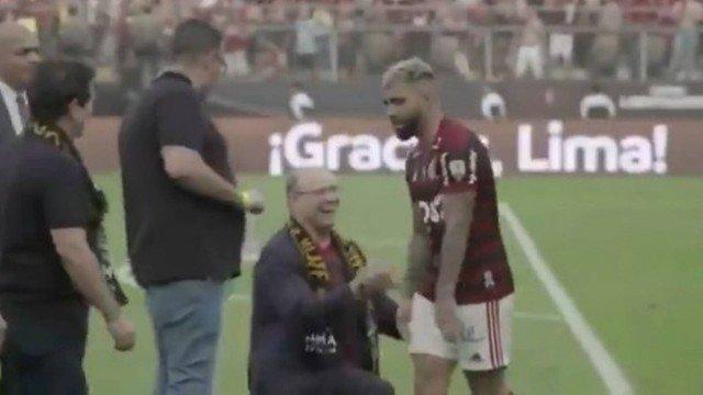Gabigol ignora Witzel ajoelhado após vitória histórica do Flamengo na Libertadores