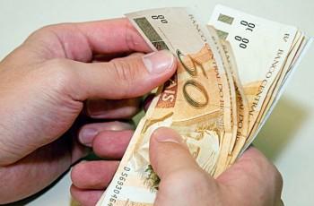 Prefeitura de Arapiraca antecipa salário de servidores e investe mais de 16 milhões na economia
