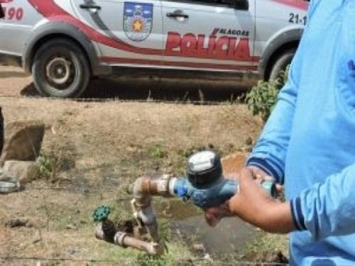 Funcionários da Casal são agredidos depois de flagrarem mulher furtando água em Delmiro Gouveia