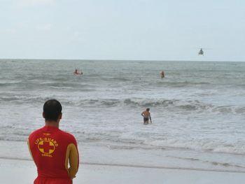 Bombeiros salvam de afogamento pelo menos 8 pessoas na Praia do Francês neste domingo