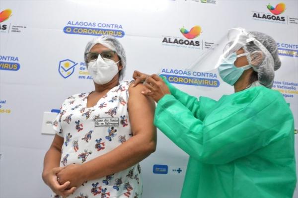 PREVENÇÃO Covid-19: Em Alagoas, profissionais da saúde continuam recebendo a 2ª dose da vacina