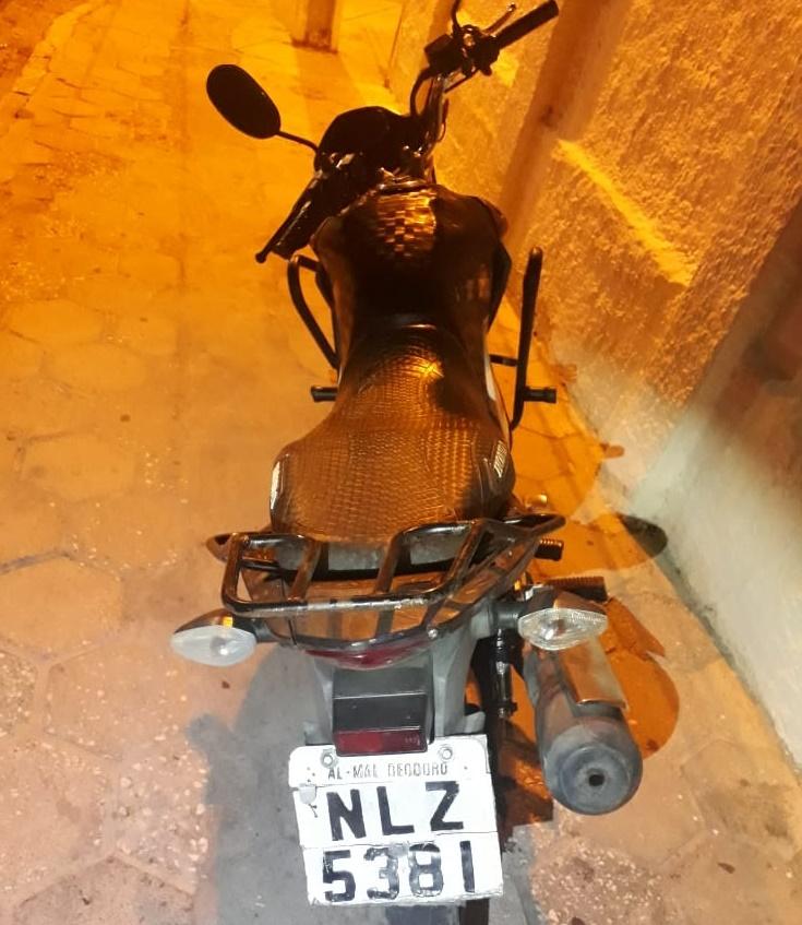 Polícia Militar recupera moto roubada e prende uma pessoa em Pariconha