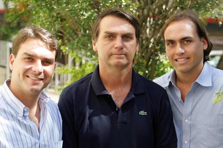 Rachadão do clã Bolsonaro: Bolsonaro cedeu a Carlos e Flávio assessores que sacaram 90% dos salários