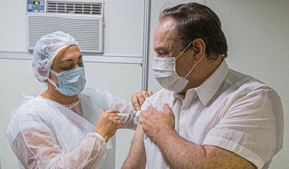 Prefeito Luciano Barbosa toma vacina  defende profissionais da saúde