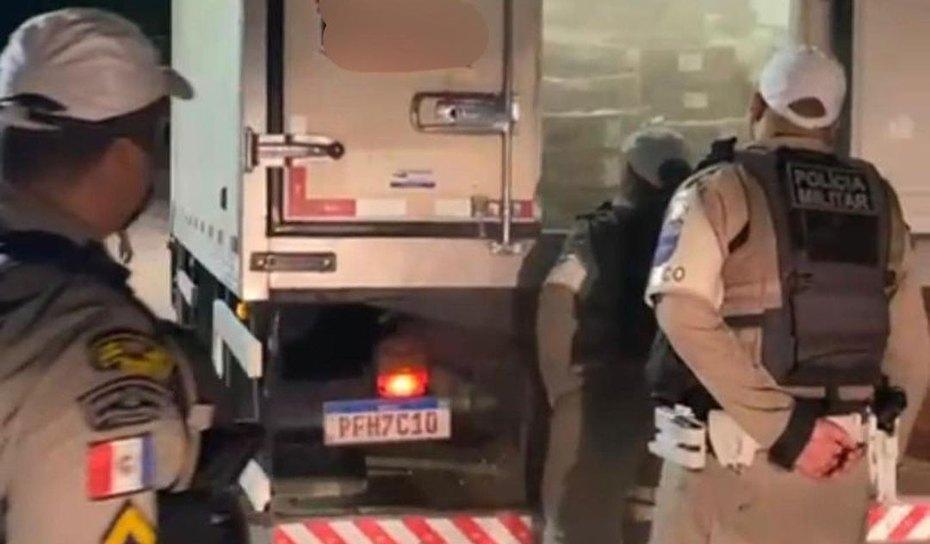 VÍDEO:  BRPv apreende caminhão com grande quantidade de carnes e enlatados sem ota fiscal em Santa Luzia do Norte