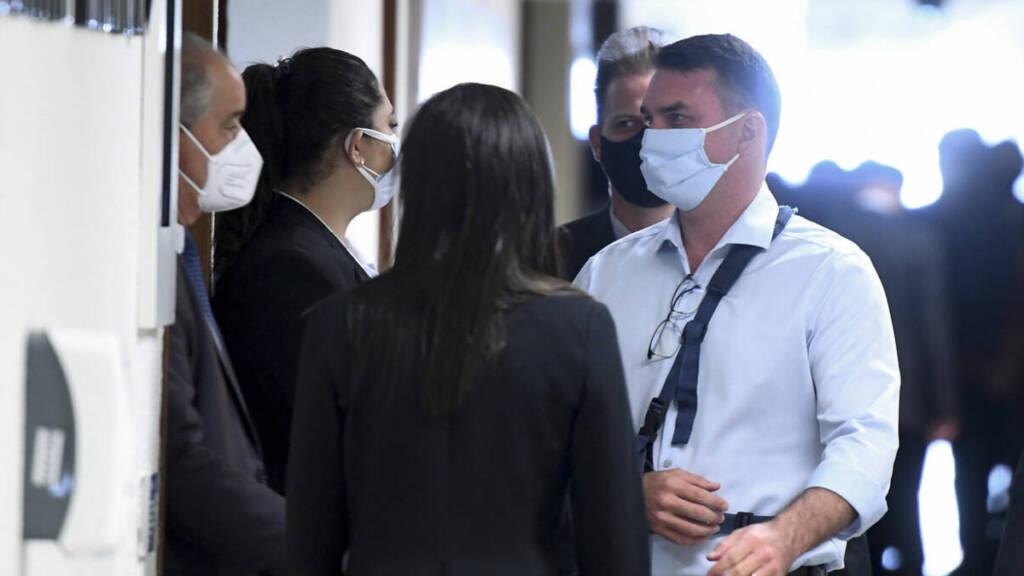 Flávio Bolsonaro tumultua CPI e manda senador governista convocar Silas Malafaia