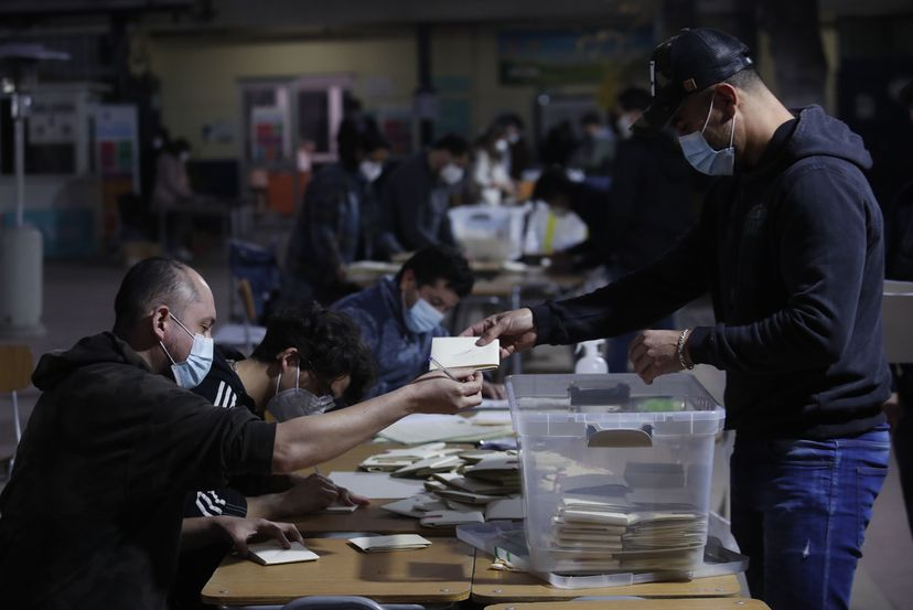 Chilenos castigam partidos políticos na eleição de parlamentares que decidirão nova Constituição