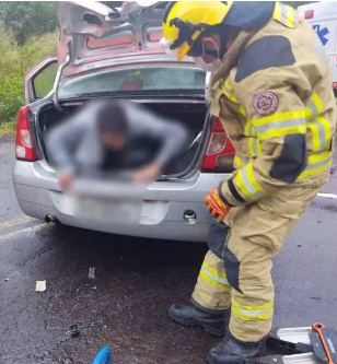 Homem é encontrado dentro de porta-malas de carro acidentado em Farroupilha; motorista e passageira são presos, diz polícia