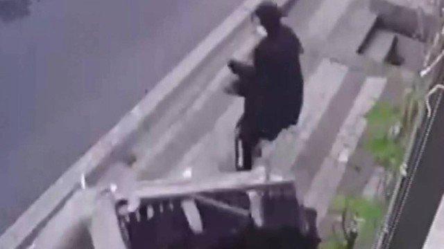 Mulher escapa por pouco de ser atingida por sofá jogado de apartamento