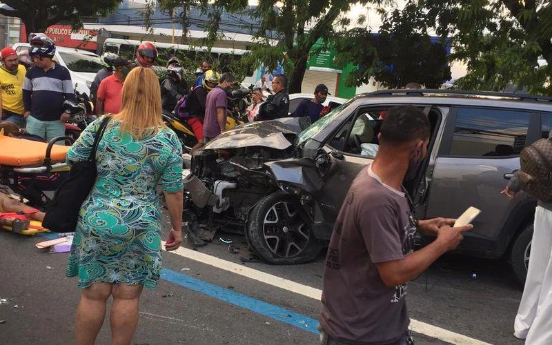 Motorista embriagado invade contramão na Avenida Fernandes Lima e atropela motos; uma pessoa morreu