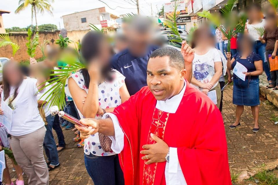 """VÍDEO: Oitava vítima de padre detalha abusos: """"Pediu para abaixar as calças e tentou me masturbar"""""""