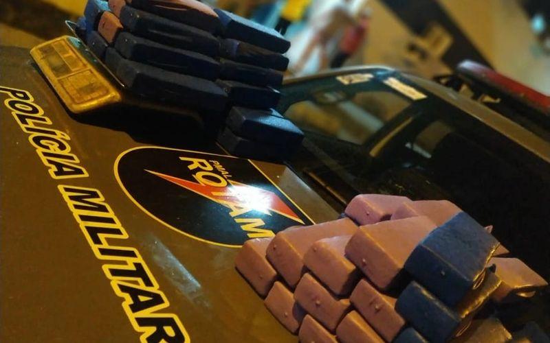 Suspeito fez compartimento secreto em carro para transportar 63 barras de maconha em Maceió